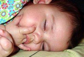 Большинству семей, имеющих новорожденных детей, знакома проблема сосания ре